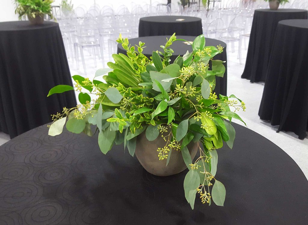 Flowers mixed with plants for a unique event touch.